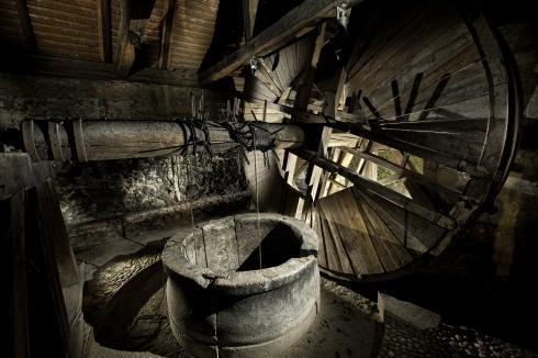Ustje vodnjaka na Grajskem griču z vretenom z lesenim kolesom za dvig vode (Foto: Domen Pal/Branko Čeak/Jože Maček).