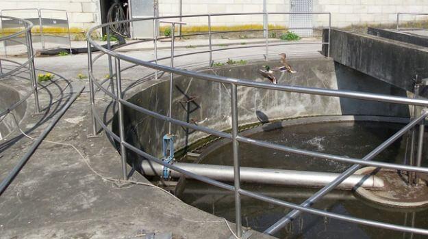 Naknadni usedalnik Blato se loči od čiščene vode in usede na dno, od koder ga s črpalkami vračamo v prezračevalni bazen, višek pa v zalogovnik blata. Očiščena voda odteče v odvodnik.